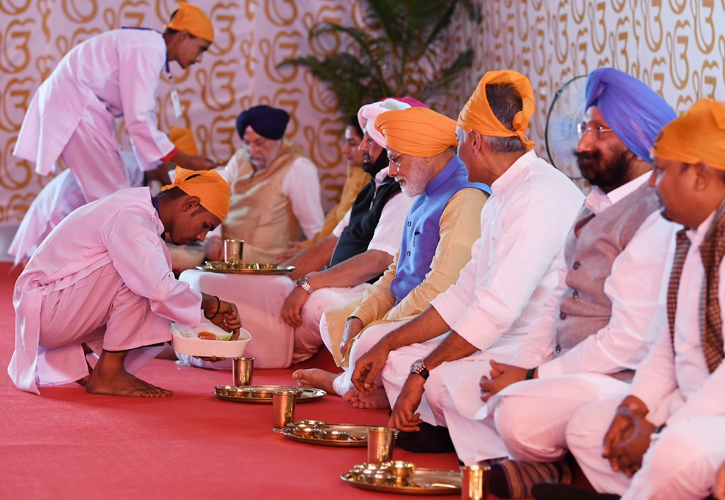 PM along with Captain Amarinder partakes langar